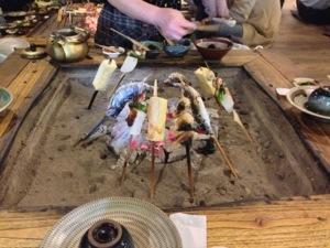 田楽を囲炉裏で焼きます。